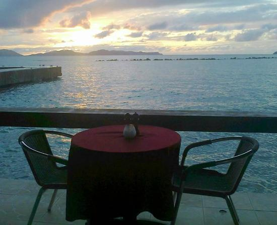 Mermaid's Dockside Bar & Grill: TABLE CLOSE BY THE WATER WHERE WE ENJOY THE BEST VIEWS