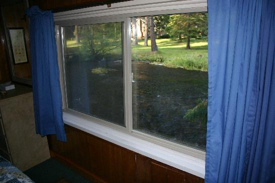Metolious River Lodges: View Out Dragonfly Bedroom