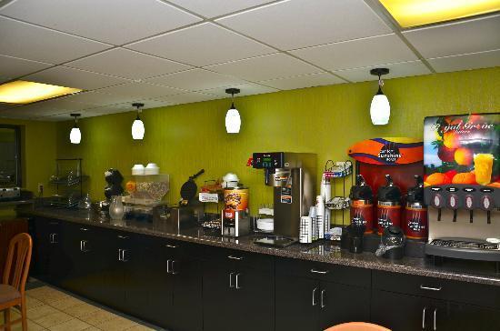 Quality Inn: Breakfast area.