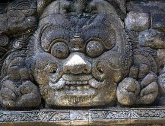 ‪‪Tumpang‬, إندونيسيا: The doors are guarded by fantastic stone heads‬
