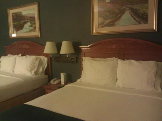 Holiday Inn Express & Suites: 2 Queen Suite, Room 607