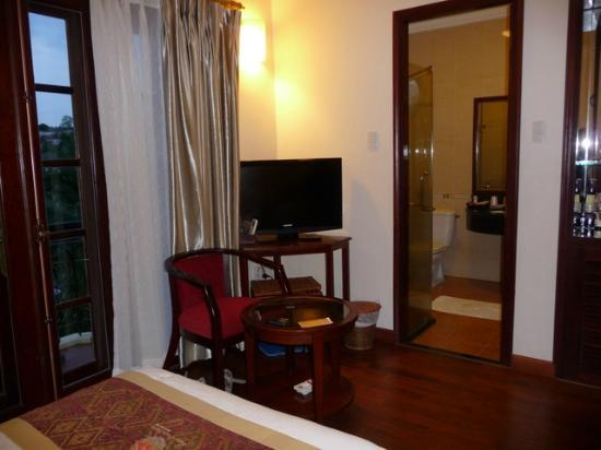 Sunny Beach Resort: Room with doorway to bathroom