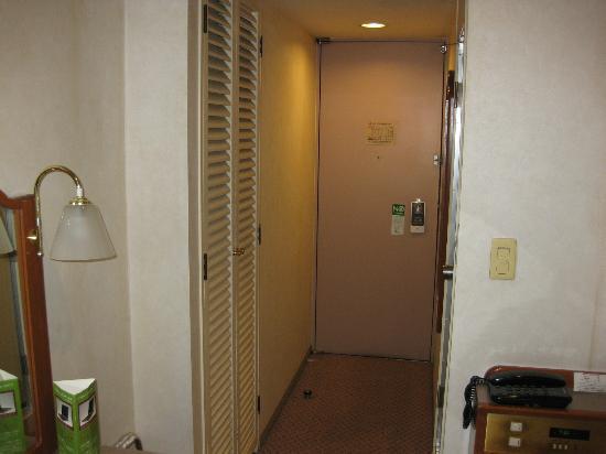 Hotel Sunroute Utsunomiya: 部屋からドア方向