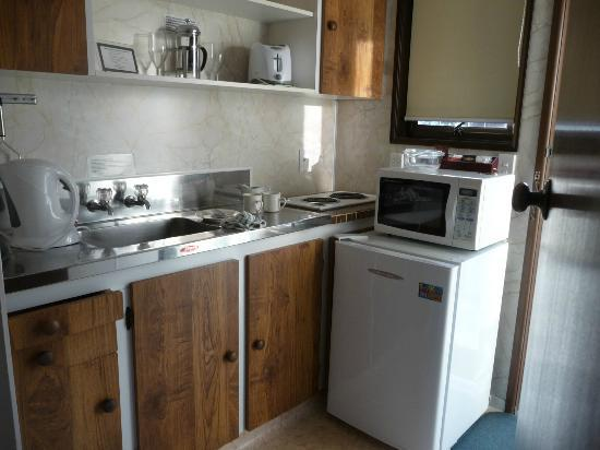 Bay Sands Seafront Studios: kitchen, Bay Sands Motel, NZ