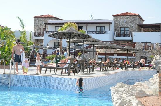 Costa Lindia Beach Resort: зона отдыха у бассейна