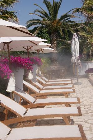 Hotel Azur: piscine chauffée d'avril à octobre avec brumisateur rafraichissant  l'été