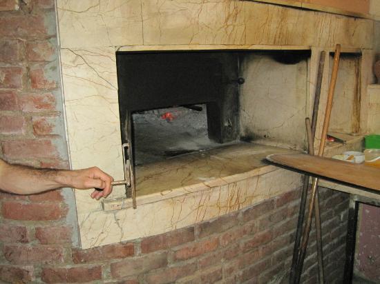 Aker Cafe Restaurant: wood burning oven