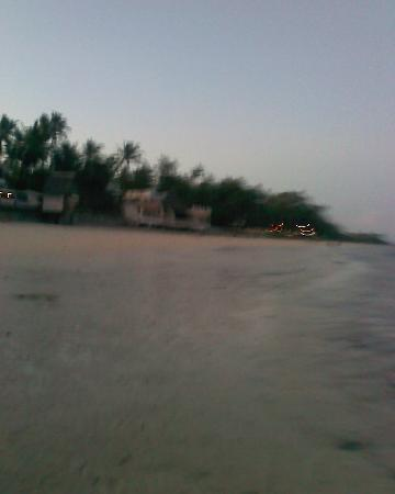 Kenya Bay Beach Hotel: beach at around 6pm