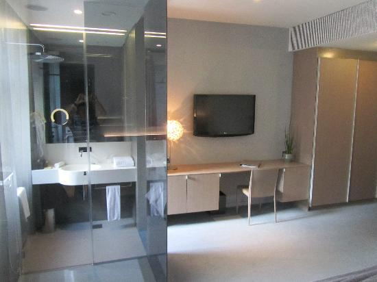 Hotel Cubo: See through shower cubicle in the bedroom
