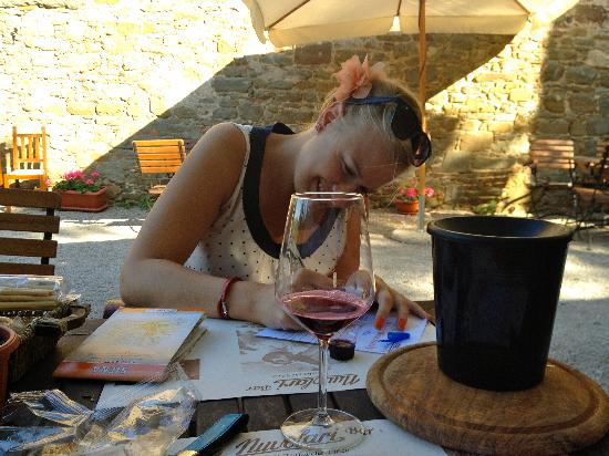Vini Castelvecchi in Chianti : happy taster;)