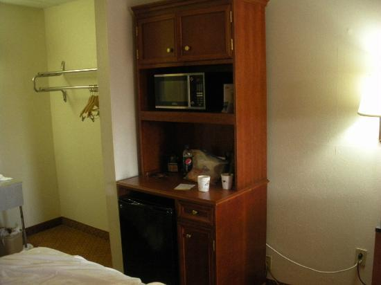 Days Inn Wheelersburg Portsmouth: Microwave, Mini Fridge area