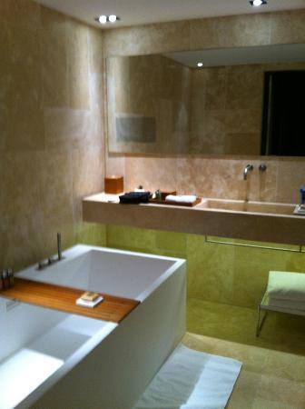 Foto de Conservatorium Hotel, Ámsterdam: Badkamer met TV in spiegel ...