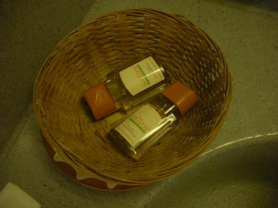 Red Roof Inn Portsmouth - Wheelersburg: Minimal Toiletries. Not nough to wash you  hair with