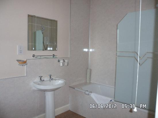 Lutwidge Arms Hotel: Part of bathroom