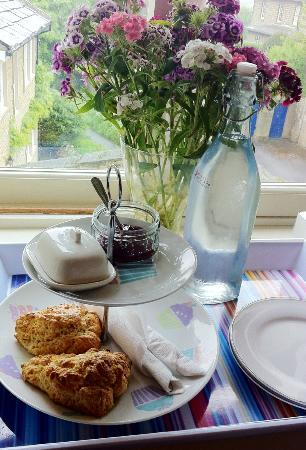Millgate Bed & Breakfast: Fresh, warm, home-made scones on arrival with jam, cream and filtered water.