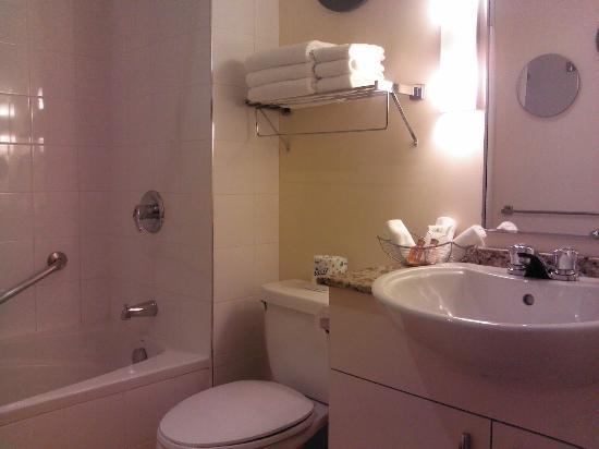 Le Square Phillips Hotel & Suites: bathroom