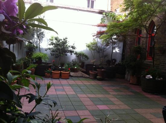 October Gallery Cafe: Courtyard