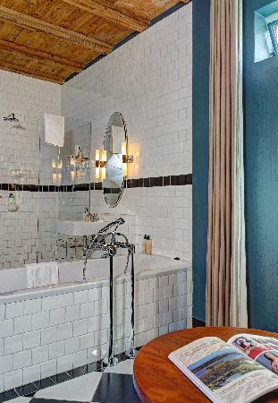Ilali Guest House: The Sweet bathroom