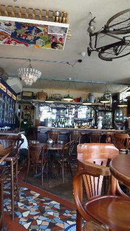 Le Petit Cafe: interior
