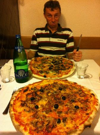 Pizzeria La Pendola: Huge pizza :-)