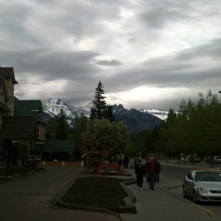 Delta Banff Royal Canadian Lodge: evening stroll through Banff