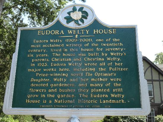 Eudora Welty House: Signage is good.  You won't miss it, but if you are early, go to the information center next doo