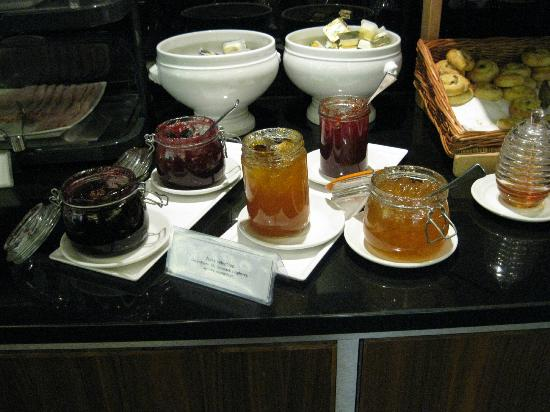Millennium & Copthorne Hotels at Chelsea Football Club: The breakfast room for standard room patrons weird way to store Jam!!