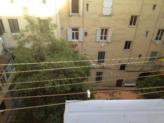 Guest House Rome: View of the courtyard