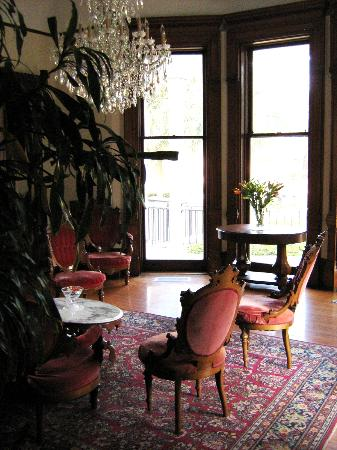 Grand Victorian Bed & Breakfast : Parlor