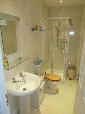 Seven Oaks Guest House: Room 3 - bathroom