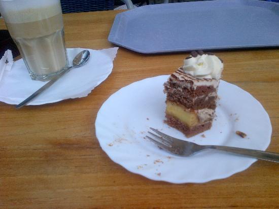 Heller's Vegetarisches Restaurant & Cafe: Half a Gluten Free cake, ( Chocolate and Banana)