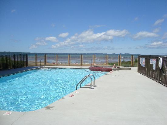 Cherry Tree Inn & Suites: Outdoor pool