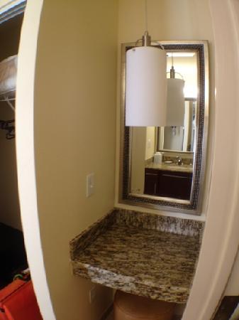 Residence Inn Arlington Capital View: vanity corner