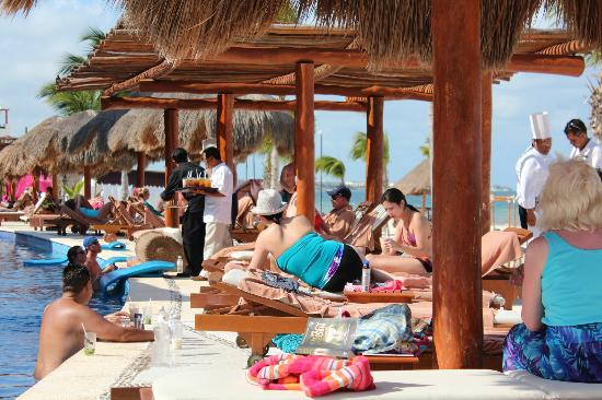 Excellence Riviera Cancun : Notice the staff serving poolside snacks and drink