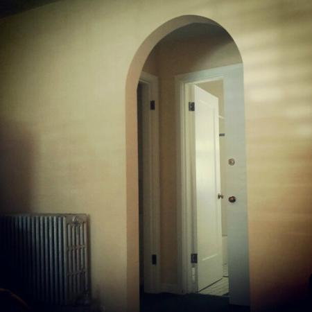 Captain Cook Inn: Arched 50's doorway and radiator heat!