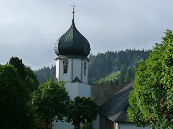 Hotel am Bach: Kirche  und  Sprungschanze Hinterzarten Juni 2012