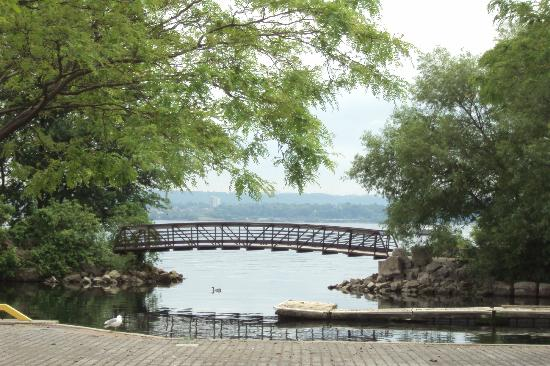 Burlington, Canada : Bridge at La Salle Marina, Lake Ontario, Canada