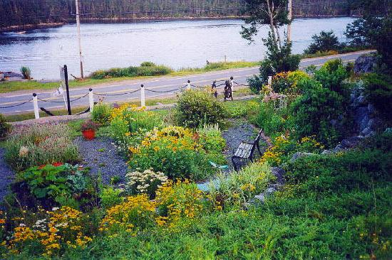 Bayside, Canada: walk through gardens