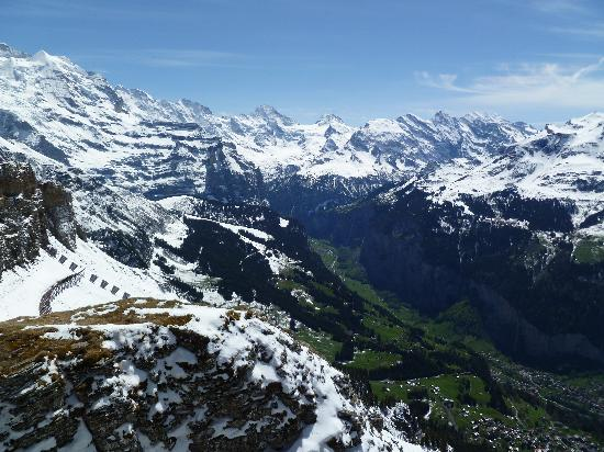 "Grindelwald, Suiza: ""Views of the Lauterbrunnen valley from top of Maennlichen"""