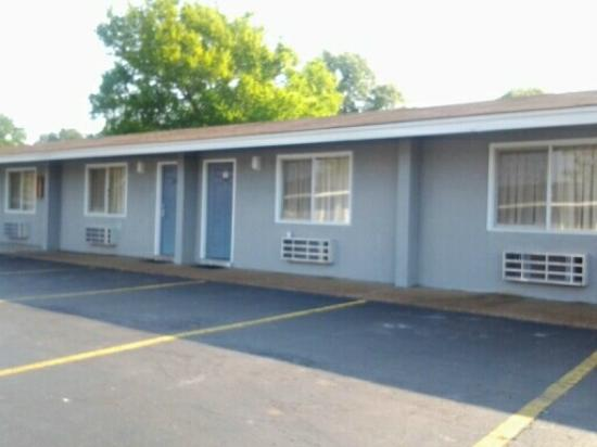Americas Best Value Inn & Suites - Killen / Florence: facade of room entrances