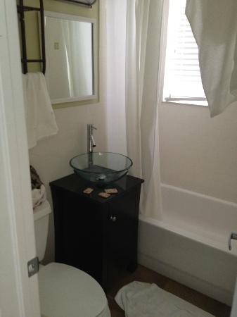 Hollywood Beachside Boutique Suites: bathroom