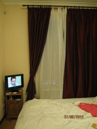 Mini Hotel na Rubinshteyna 5: Вид номера с телевизором...