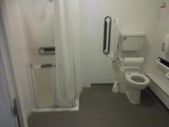 LSE Passfield Hall : The bathroom to my room
