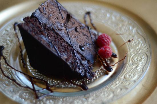 Rose Bed Inn Bed & Breakfast: BEST chocolate cake ever