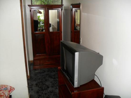 Hotel Brillasol Airport: ARMARIO Y TV DE MI HABITACION