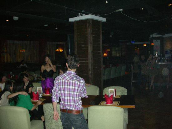 Jolly's Bar & Restaurant: Jolly's bar on a Saturday early evening