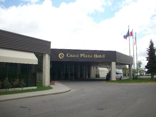 Coast Plaza Hotel & Conference Centre: Hotel Driveway