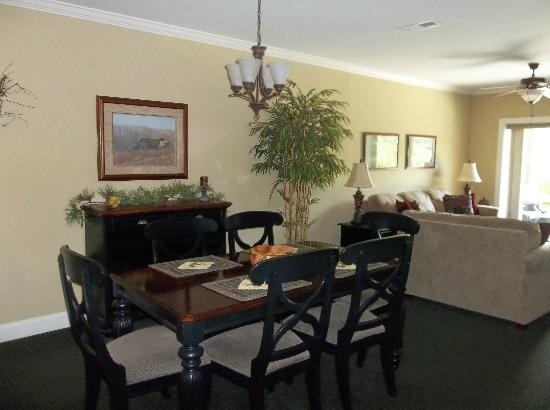 Summit Manor Condominiums: Dining Area