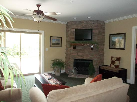 Summit Manor Condominiums: Living Room
