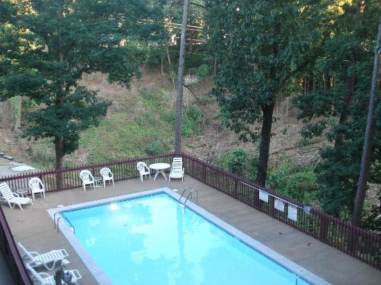 Eureka Springs Travelodge: Pool area (yes, it's clean - but COLD)